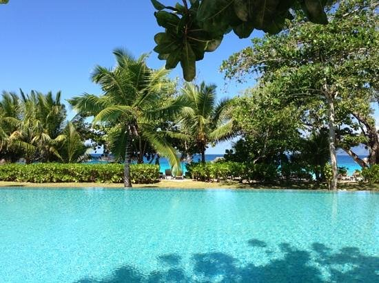 Four Seasons Resort Seychelles: pool by the beach