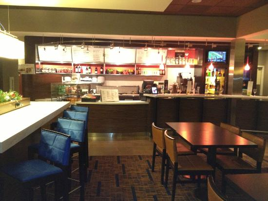 Courtyard Chicago Waukegan/Gurnee: The new Courtyard Bistro that is becoming standard for the chain