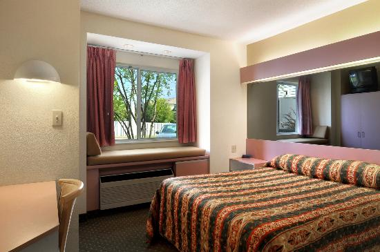 Americas Best Value Inn - East Syracuse: Guestroom