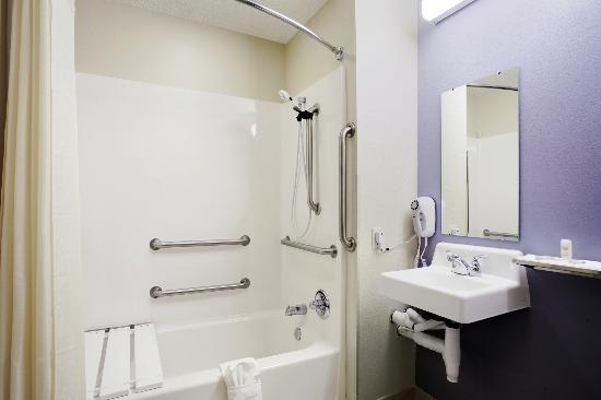 أميركاز بست فاليو إن إيست سيراكيوز: Guest Bathroom
