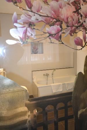Hotel Prinzregent: Blick ins Bad durch die Glastrennwand