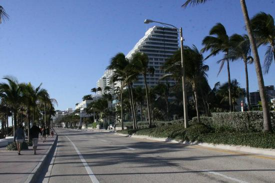 Alhambra Beach Resort: Looking down A1A