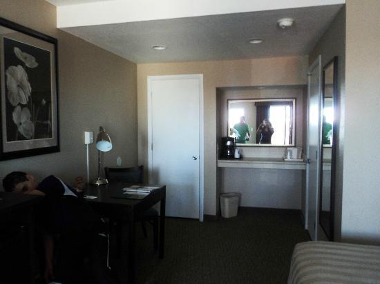 Quality Inn Flamingo: Cuenta con una cómoda mesa y lámpara de trabajo