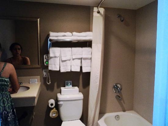 Quality Inn Flamingo: Baños con suficientes toallas (es raro en hoteles del segmento)