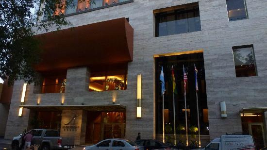 Alejandro 1 Hotel Internacional Salta: Frente del hotel al atardecer
