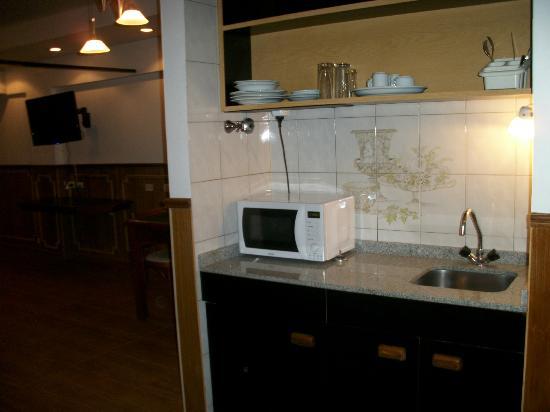 Hotel Village Garden: Sector de cocina c/ microondas y frigobar