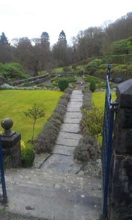 Penmaenuchaf Hall: Front garden - tidy!