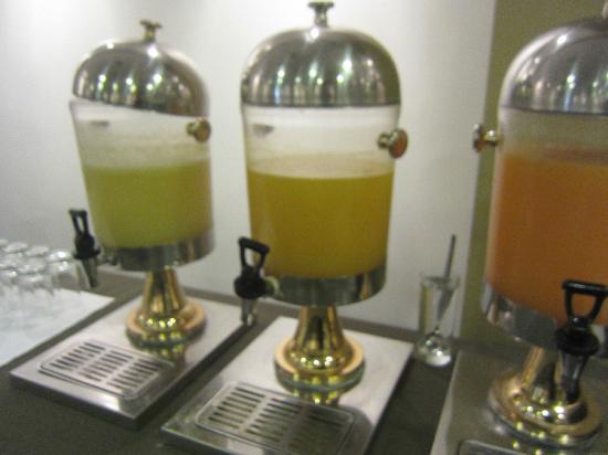 سونيستا هوتل كوزكو: Watered down fruit juices at breakfast (Free)