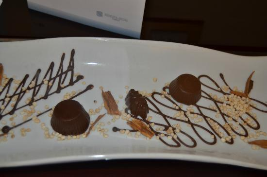 Sonesta Hotel Cusco: Chocolates left in the room with apology letter from Sonesta staff.