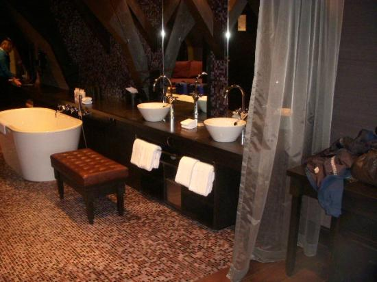 Canal House: Sinks and bathtub