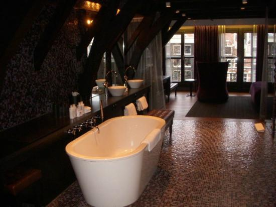 Canal House: Tub to windows