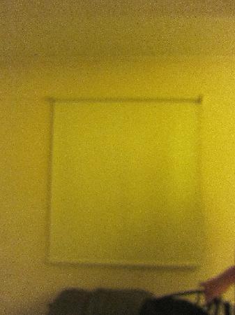 سونيستا هوتل كوزكو: This window cover was similar to the movie projection screen.