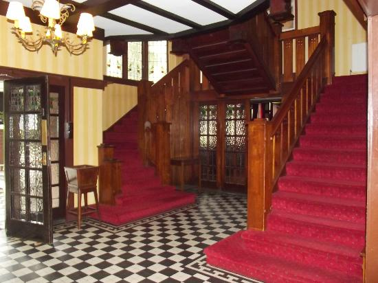 Bundanoon Hotel : Grand staircase.