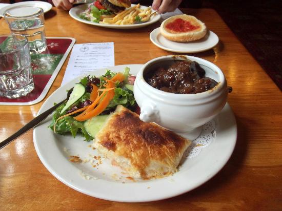 Bundanoon Hotel : Lunch - my guinness pie and Dad's hamburger.