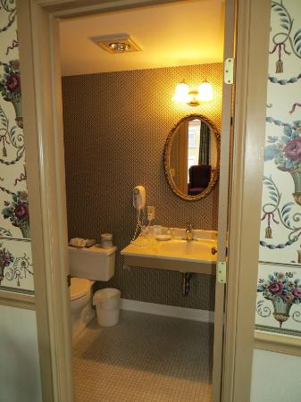 DeSoto House Hotel: View of the bathroom.