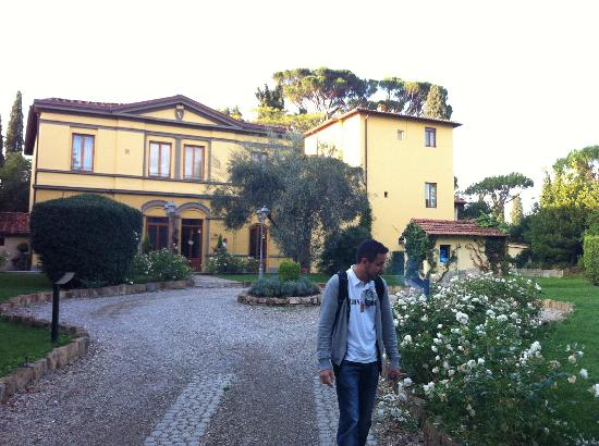 Hotel Villa Betania: The hotel is surrounded by well kept gardens.