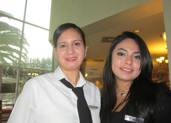 ‪جيه دابليو ماريوت هوتل كيتو: Gladys (waitress) & Carolina (receptionist) at breakfast‬