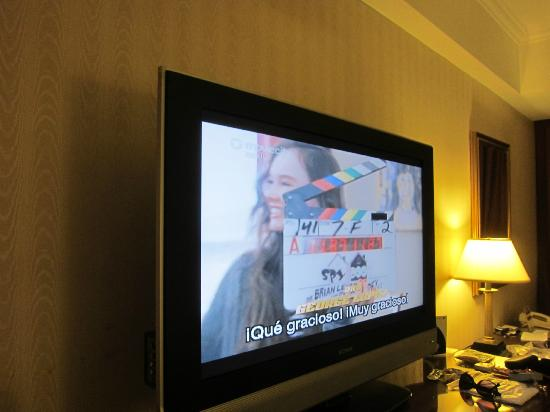 JW Marriott Hotel Quito: Flat screen TV set in room