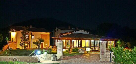 """Agristor Country House Borgo Patierno : Il """"borgo"""" di notte.."""