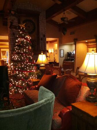 Residence Inn Joplin: The hotel lobby was beautifully decorated for Christmas!