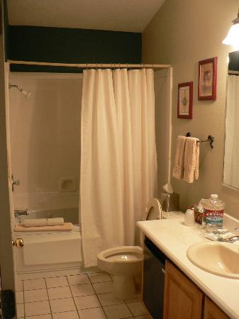 Red Rock Inn Bed and Breakfast Cottages: View of bathroom from door