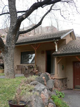 Red Rock Inn Bed and Breakfast Cottages: View of our cabin