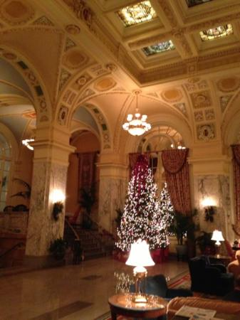 The Hermitage Hotel: lobby beautifully decorated for Christmas