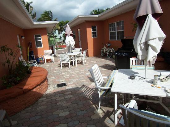 Villa Europa Hotel: 1 of 2 hotel courtyards with patio tables, bbq, etc.