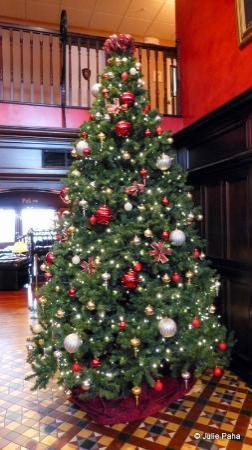Irish Cottage Boutique Hotel: Lobby with Christmas Tree.