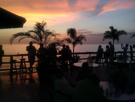Villa Cofresi Hotel: Gorgeous sunset / bar area