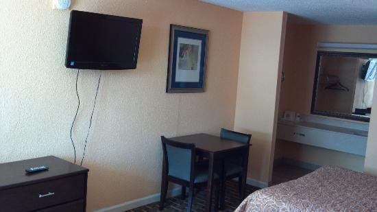 Knights Inn Perry: flat screens in our 2 queen bed rooms