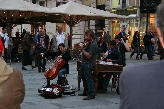 Austria Trend Hotel Europa Wien: Street Music