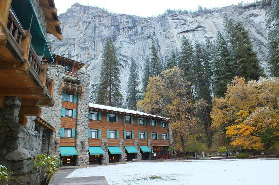 The Majestic Yosemite Hotel: Hotel and mountains