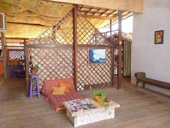 Zicatela Beach Hostel: Área comum, logo atrás ficam os alojamentos coletivos.