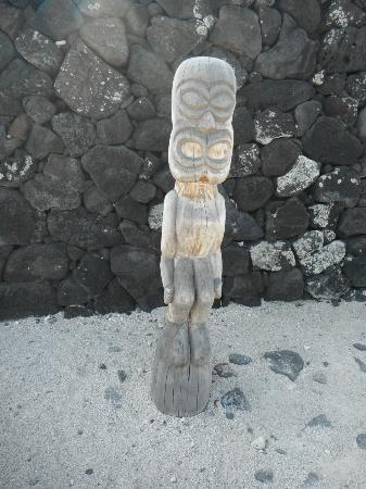 Honaunau Bay: carvings around the burial grounds