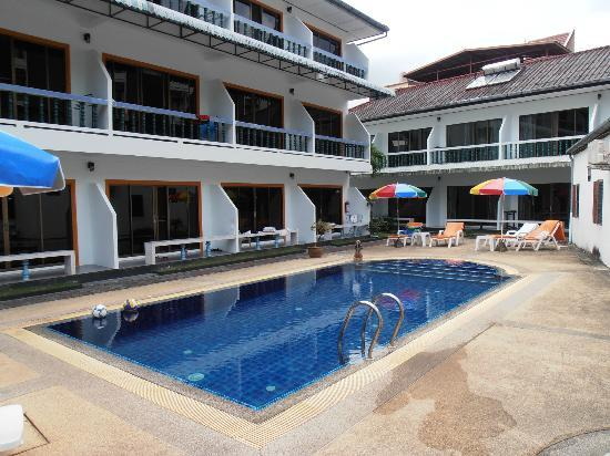 Valero Guest House: Pool area and adjacent rooms