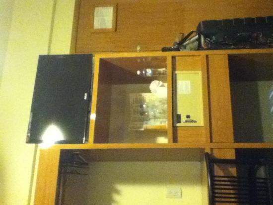 Hotel Roble: TV y puerta
