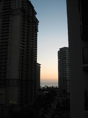 Aqua Palms Waikiki: Sunset over Waikiki hotel towers