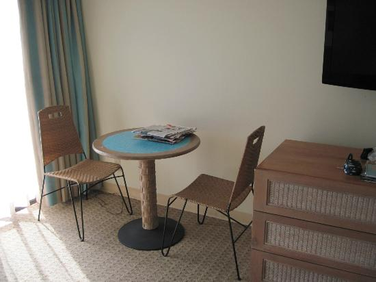 Aqua Palms Waikiki: Small table and 2 chairs