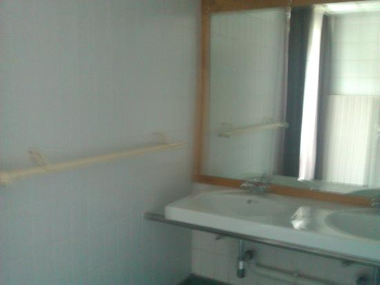 ฌักส์เบรล์ ยูธโฮสเทล: Bathroom