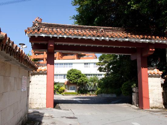 Okinawa Hotel: 赤瓦のエントランス