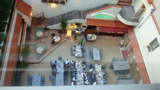Art Hotel Joetsu: 中庭のビアホールの様子 