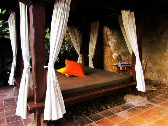 Natura Resort and Spa: outside day bed