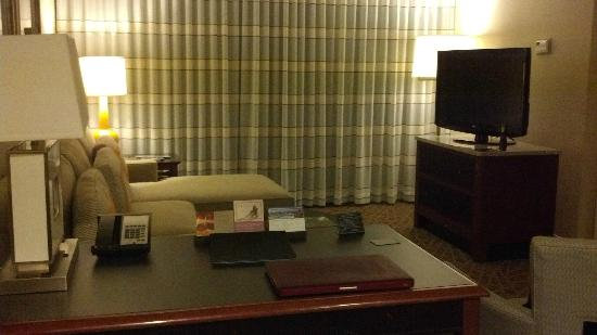 Hyatt Regency Suites Atlanta Northwest: The living room/sitting room with a nice flat screen