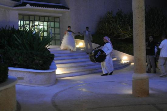 Sandos Cancun Luxury Resort: Zaffe (Lebanese entrance to wedding reception)