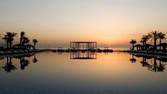 فندق سان ريجيس الدوحة: Pool at Sunset