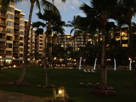 Aston Kaanapali Shores: Looking at the hotel from around the beach club
