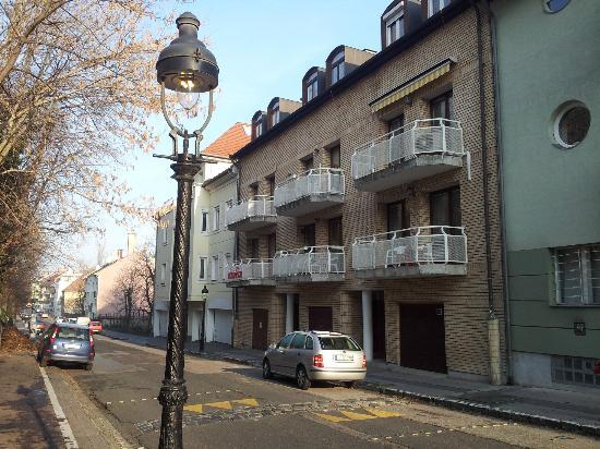 Budavar Bed & Breakfast : La pension, vue de la rue