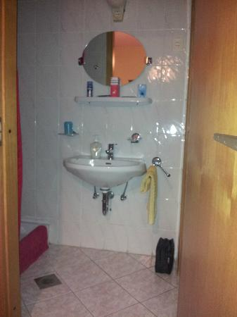 Budavar Bed & Breakfast : La salle de bains chambre 1.