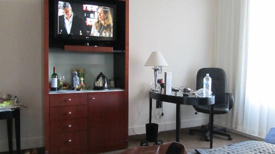 Peppers Waymouth Hotel: The tv cabinet and the desk/sitting area